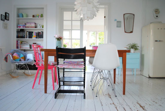 A charming danish home at home in love - Chaises design couleur ...