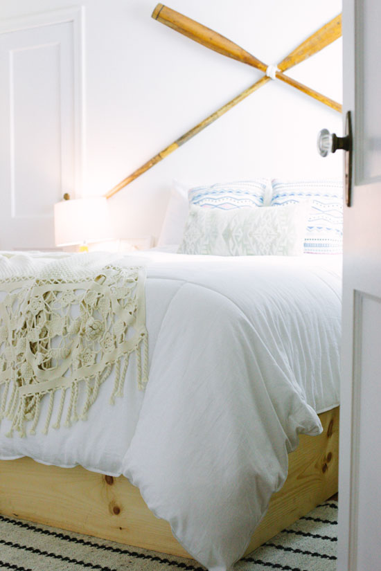 Love this bedroom with the oars on the wall