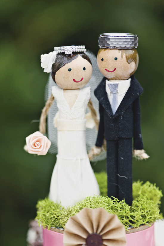 DIY cake topper with wooden heads and doll pins