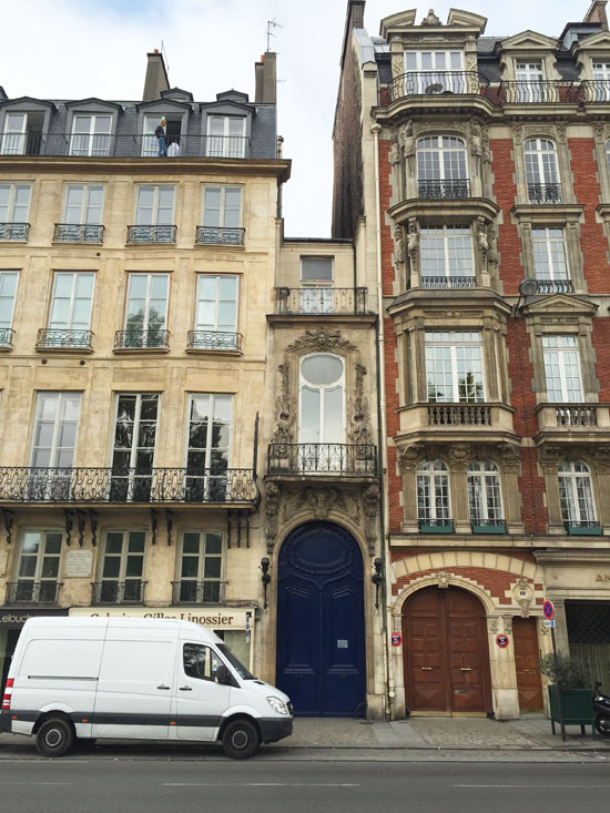 The smallest house in Paris