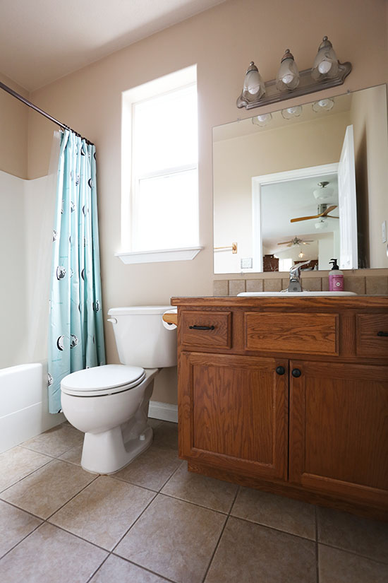 We Have Three Bathrooms In Our House And All Look Very Similar Beige Walls Builder Basic Tiles 90s Oak Vanities Tub Shower Combos With